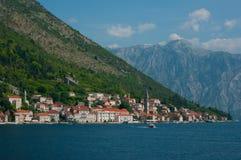Μια μικρή πόλη στην ακτή Boka Kotorska Κόλπων στοκ φωτογραφίες