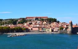 Μια μικρή πόλη στην παραλία με τις κόκκινες στέγες στοκ φωτογραφία με δικαίωμα ελεύθερης χρήσης
