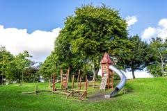 Μια μικρή σειρά μαθημάτων εμποδίων και ένα ψηλό μαγικό σπίτι με έναν σωλήνα γλιστρούν μέσα το πάρκο Duthie, Αμπερντήν στοκ φωτογραφία