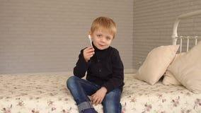 Μια μικρή συνεδρίαση αγοριών στο κρεβάτι στο σπίτι και εκμετάλλευση μια σύριγγα ινσουλίνης απόθεμα βίντεο