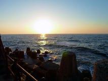 Μια μοναδική άποψη για το ηλιοβασίλεμα πέρα από τη θάλασσα Στοκ Εικόνα