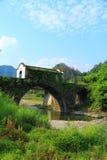 Μια μοναδική αρχαία γέφυρα στο βαθύ βουνό Στοκ Εικόνες