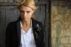Μια μοντέρνη νέα γυναίκα με ένα μυστήριο βλέμμα Στοκ εικόνα με δικαίωμα ελεύθερης χρήσης