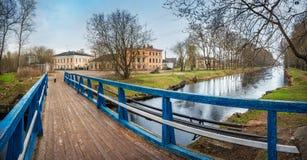 Μια μπλε ξύλινη γέφυρα πέρα από το κανάλι Στοκ φωτογραφίες με δικαίωμα ελεύθερης χρήσης