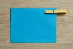 Μια μπλε σημείωση με έναν γόμφο με την Κυριακή λέξης σε το Στοκ Εικόνα