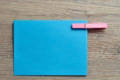 Μια μπλε σημείωση με έναν γόμφο με την Τετάρτη συνδέθηκε με το Στοκ Φωτογραφίες