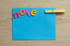 Μια μπλε σημείωση με τη σημείωση λέξης με έναν γόμφο με την Κυριακή λέξης σε το Στοκ Εικόνα