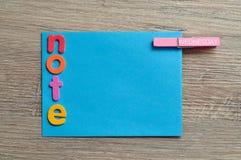 Μια μπλε σημείωση με τη σημείωση λέξης και ένας γόμφος με την Τετάρτη λέξης συνδέθηκαν με το Στοκ εικόνα με δικαίωμα ελεύθερης χρήσης