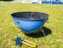 Μια μπλε σχάρα σχαρών με το κάψιμο ξυλάνθρακα με τις φλόγες Στοκ Εικόνες