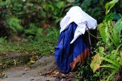 Μια μπλε τσάντα με την άσπρη μπλούζα καταγεγραμμένη πηγαίνοντας για κολυμπά μετά από ένα μακροχρόνιο πεζοπορώ στοκ εικόνες