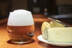 Μια μπύρα και ένα κομμάτι του τυριού στοκ εικόνες με δικαίωμα ελεύθερης χρήσης