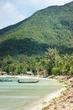 Μια μυθική παραλία με μια μπλε λιμνοθάλασσα στοκ φωτογραφίες