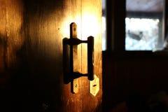 Μια μυστήρια παλαιά ξύλινη πόρτα με το ντουλάπι στοκ εικόνες