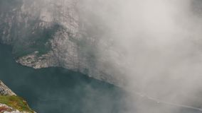 Μια μυστική ομίχλη Lysefjord στη Νορβηγία με τα βουνά απόθεμα βίντεο