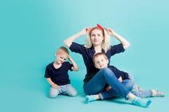 Μια νέα γυναίκα άρπαξε το κεφάλι της γιοι δύο μητέρων Στοκ Εικόνες