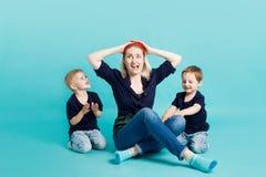 Μια νέα γυναίκα άρπαξε το κεφάλι της γιοι δύο μητέρων Στοκ Φωτογραφία