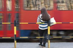 Μια νέα γυναίκα - έφηβη που περιμένει το τραμ Στοκ φωτογραφία με δικαίωμα ελεύθερης χρήσης
