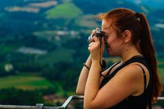 Μια νέα γυναίκα έχει τη διασκέδαση με μια αναλογική κάμερα στοκ φωτογραφία με δικαίωμα ελεύθερης χρήσης