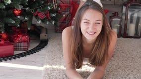 Μια νέα γυναίκα βρίσκεται στον τάπητα δίπλα στην εστία φιλμ μικρού μήκους