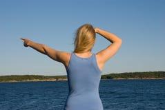 Μια νέα γυναίκα εμφανίζει κάτι Στοκ Φωτογραφίες