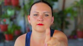 Μια νέα γυναίκα κάνει μια άσκηση με τα μάτια μιας μετακίνησης εξετάζοντας ένα δάχτυλο και αναβάλλοντας το απόθεμα βίντεο