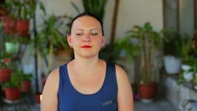Μια νέα γυναίκα κάνει τις ασκήσεις με τα μάτια της σε μια διαγώνια κίνηση φιλμ μικρού μήκους