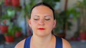Μια νέα γυναίκα κάνει τις ασκήσεις με τα μάτια της σε μια διαγώνια κίνηση απόθεμα βίντεο