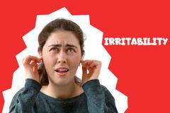 Μια νέα γυναίκα καλύπτει τα αυτιά της από το θόρυβο Συγκίνηση της δυσαρέσκειας και ενόχληση στο πρόσωπο r comics στοκ φωτογραφίες με δικαίωμα ελεύθερης χρήσης
