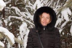 Μια νέα γυναίκα μεταξύ των νέων δέντρων πεύκων στοκ εικόνα με δικαίωμα ελεύθερης χρήσης