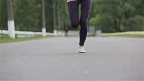 Μια νέα γυναίκα με ένα λεπτό αρχικό τρέξιμο αριθμού Σε αργή κίνηση κάμερα απόθεμα βίντεο