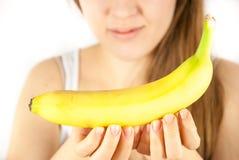 Μια νέα γυναίκα με μια μπανάνα Στοκ Εικόνες