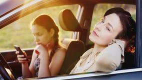 Μια νέα γυναίκα με το έφηβη κόρη της ξοδεύει το χρόνο από κοινού Κάθονται στο αυτοκίνητο - η μητέρα μου θαυμάζει τη φύση, μου απόθεμα βίντεο