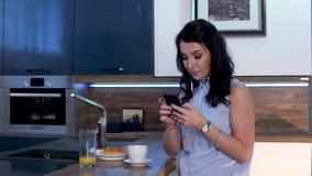 Μια νέα γυναίκα πίνει τον καφέ και στέλνει sms στο τηλέφωνο 11 φιλμ μικρού μήκους