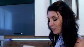 Μια νέα γυναίκα πίνει τον καφέ και στέλνει sms στο τηλέφωνο 07 απόθεμα βίντεο