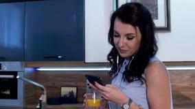 Μια νέα γυναίκα πίνει τον καφέ και στέλνει sms στο τηλέφωνο 05 απόθεμα βίντεο