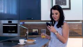 Μια νέα γυναίκα πίνει τον καφέ και στέλνει sms στο τηλέφωνο 08 φιλμ μικρού μήκους