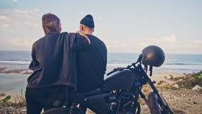Μια νέα γυναίκα πηγαίνει στο φίλο της, τον αναβάτη και το ποδήλατό του, κατόπιν θαυμάζουν μαζί τη θαυμάσια άποψη γύρω απόθεμα βίντεο