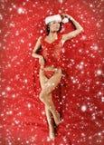 Μια νέα γυναίκα που βάζει κόκκινο lingerie Χριστουγέννων Στοκ εικόνες με δικαίωμα ελεύθερης χρήσης