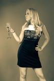 Μια νέα γυναίκα σε ένα γραπτό φόρεμα Στοκ φωτογραφίες με δικαίωμα ελεύθερης χρήσης