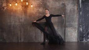Μια νέα γυναίκα σε ένα φόρεμα με στροφές τις αυξομειούμενες φουστών στο χορό φιλμ μικρού μήκους