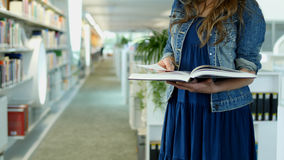 Μια νέα γυναίκα σε μια δημόσια βιβλιοθήκη Στοκ εικόνες με δικαίωμα ελεύθερης χρήσης