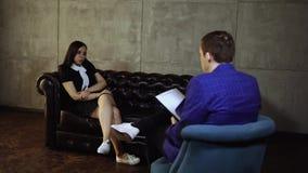 Μια νέα γυναίκα σε μια υποδοχή σε έναν ψυχολόγο φιλμ μικρού μήκους