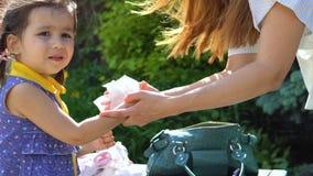 Μια νέα γυναίκα σκουπίζει τα χέρια κορών της ` s απόθεμα βίντεο