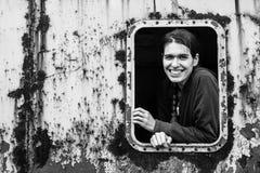 Μια νέα γυναίκα στη βιομηχανική ζώνη Στοκ φωτογραφία με δικαίωμα ελεύθερης χρήσης