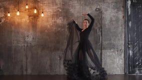 Μια νέα γυναίκα συμμετέχει στους χορούς χορού, αυτή που κυματίζει κομψά χνουδωτό hem φιλμ μικρού μήκους