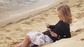 Μια νέα γυναίκα χρησιμοποιεί μια ταμπλέτα Μακρινή επιχειρησιακή έννοια απόθεμα βίντεο