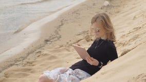 Μια νέα γυναίκα χρησιμοποιεί μια ταμπλέτα Μακρινή επιχειρησιακή έννοια φιλμ μικρού μήκους