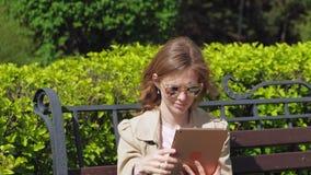 Μια νέα γυναίκα χρησιμοποιεί μια ταμπλέτα υπολογιστών Μακρινή επιχειρησιακή έννοια απόθεμα βίντεο