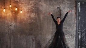 Μια νέα γυναίκα χρησιμοποιεί τις πλαστικές μετακινήσεις για να εκτελέσει έναν χορό μπαλέτου απόθεμα βίντεο