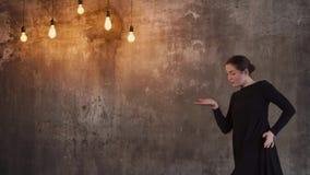 Μια νέα γυναίκα, όπως έναν χορογράφο, που προετοιμάζει έναν χορό απόθεμα βίντεο